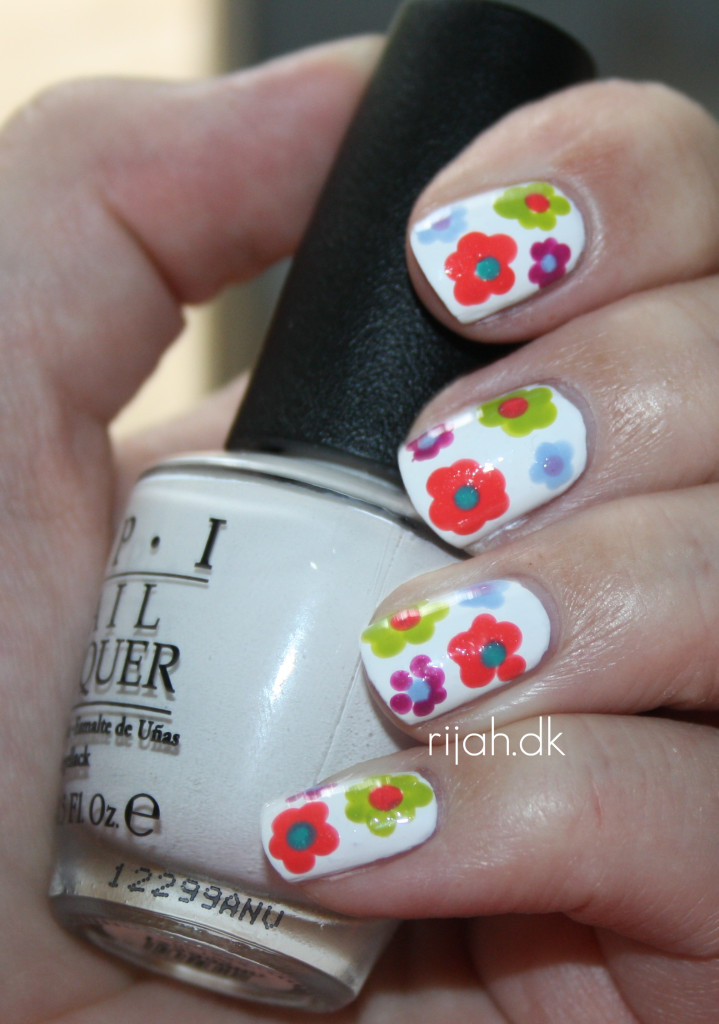 Summer manicure flowers dots